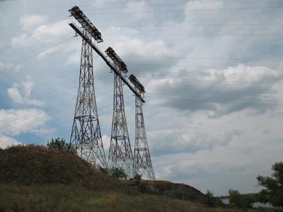 Три мачты, опоры электропередачи. Высота 80м