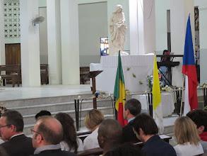Photo: Sn2C0703-160207Dakar, cath. messe, socle d'honneur paré 'Notre Dame des Victoires' sainte patronne IMG_0873