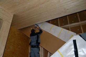 Photo: 09-11-2012 © ervanofoto Binnen worden nog allerhande kleine klusjes uitgevoerd. Hier afwerking aan het trapgat.