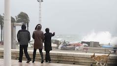 Imagen de archivo de una jornada de viento y oleaje en la capital.