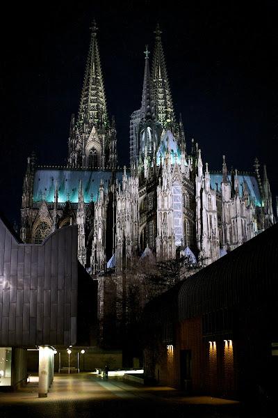 Photo: The Kölner Dom at night.
