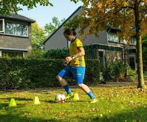 🎥 Opbeurend nieuws om de dag af te sluiten: ex-speelster KRC Genk oefent in de tuin en kopt ballen in gft-bak