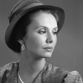Judy 2 by Joe Fazio - Black & White Portraits & People ( woman, pose, hat, black and white, portrait,  )