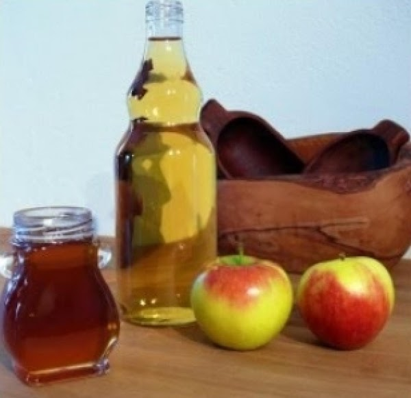 Combine Cider, Vinegar with apples.  Bring to boil; reduce to simmer for 30...
