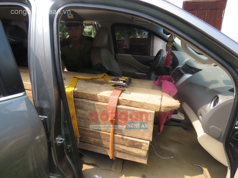 Lực lượng kiểm lâm kiểm tra số gỗ trên xe bán tải