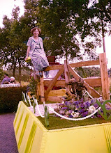 Photo: De paal waar het hek om draait. landbouwtentoonstelling 1979 De wagen van de plattelandsvrouwen, op de paal zit Marchien Zandvoort.
