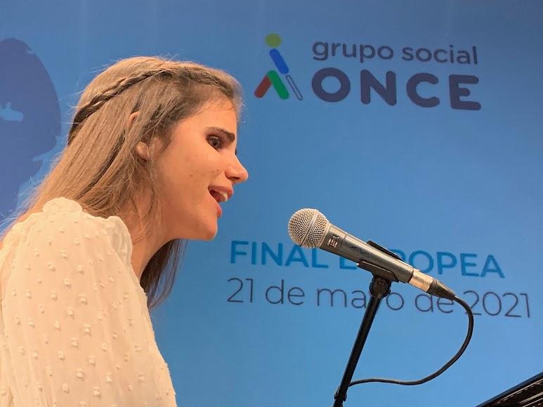 Laura Diepstraten interpretando la canción.