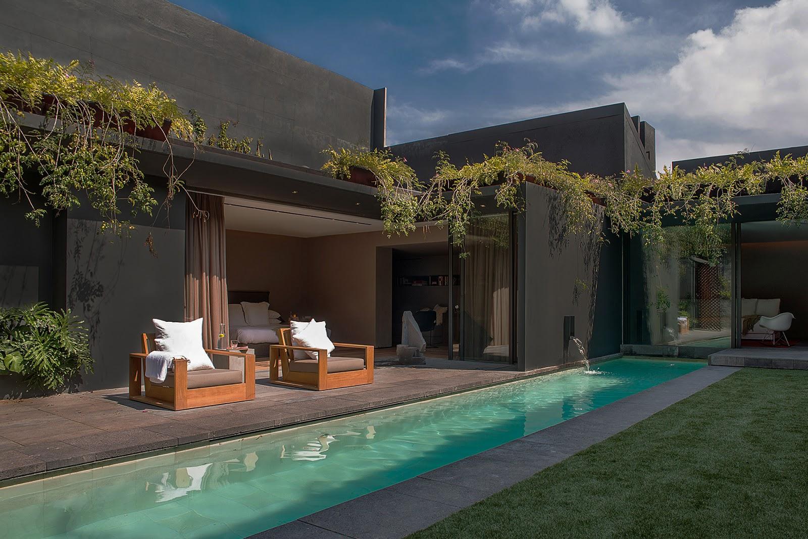Desain lansekap pada salah satu teras rumah yang bernuansa tropical - source: ezequielfarca.com