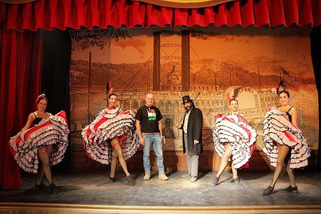 Baile del Can-Can en el Saloon y junto al director del Parque Oasys MiniHollywood.