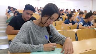 Alumnos haciendo el examen de selectividad.