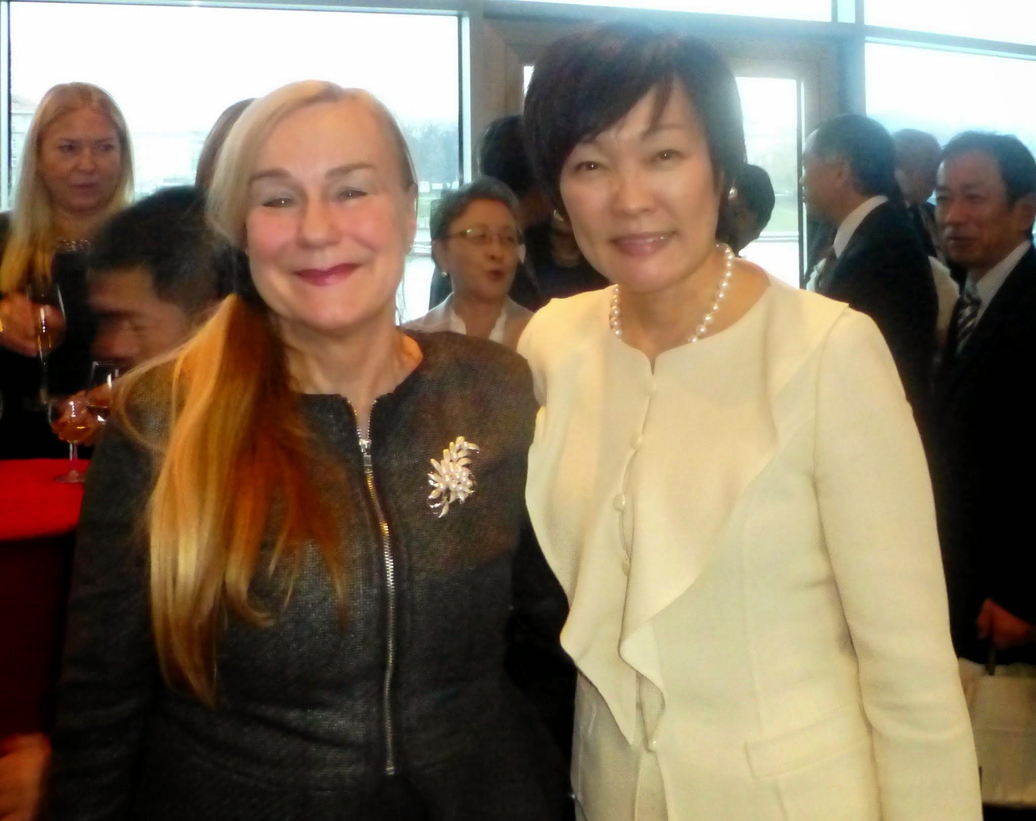 """Photo: Rozmawiałyśmy o """"womanomics"""", jednym z ważnych elelmentów obecnej polityki rządu Premiera Abe, męża mojej rozmówczyni, dotyczącym aktywizacji zawodowej kobiet w Japonii"""