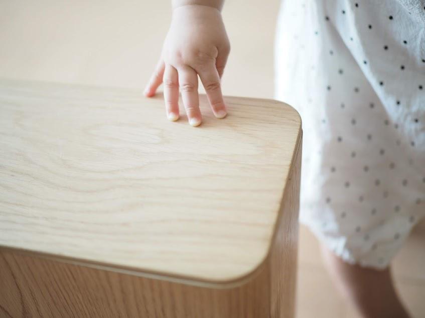 赤ちゃんがゴミ箱に手を伸ばす