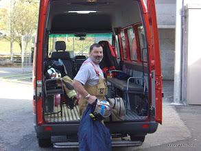 Photo: Rolf vor dem Mannschaftstransporter