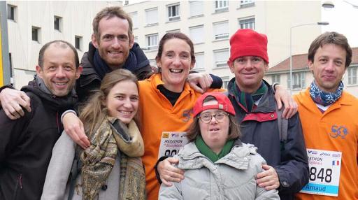 Une équipe solidaire au couleurs de L'Arche à Lyon court le semi-marathon du Beaujolais 2017.