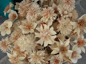 Photo: Fából faragott virágok