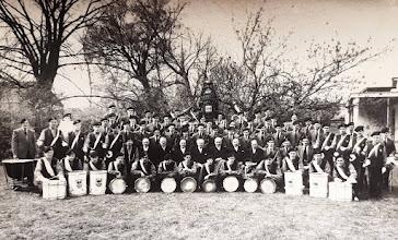 Photo: 1960 Een groepsfoto van de Drumband en Harmonieorkest van de Koninklijke Harmonie Cecilia Princenhage.