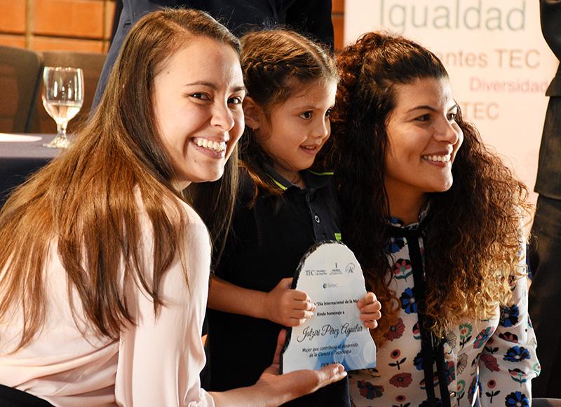 La niña Jatziri Pérez muestra su reconocimiento, junto a Angie Marietta (izq.), representante de Women in Engineering del TEC, y Paola Solano, de la Oficina de Equidad de Género. Foto: Ruth Garita/OCM.