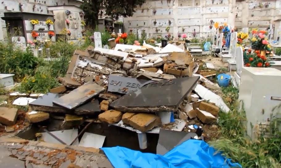Il degrado nel cimitero di Miano