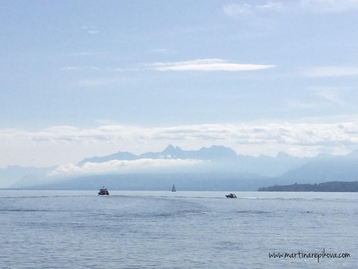 Yvoire a francúzske Alpy s Evianskými štítmi, z Nyonu, Švajčiarsko