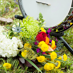 Banjo with flowers by Aimee Hultzapple - Wedding Details