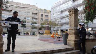 La Policía Local precintando la zona de juegos infantiles de la Plaza de San Pedro.