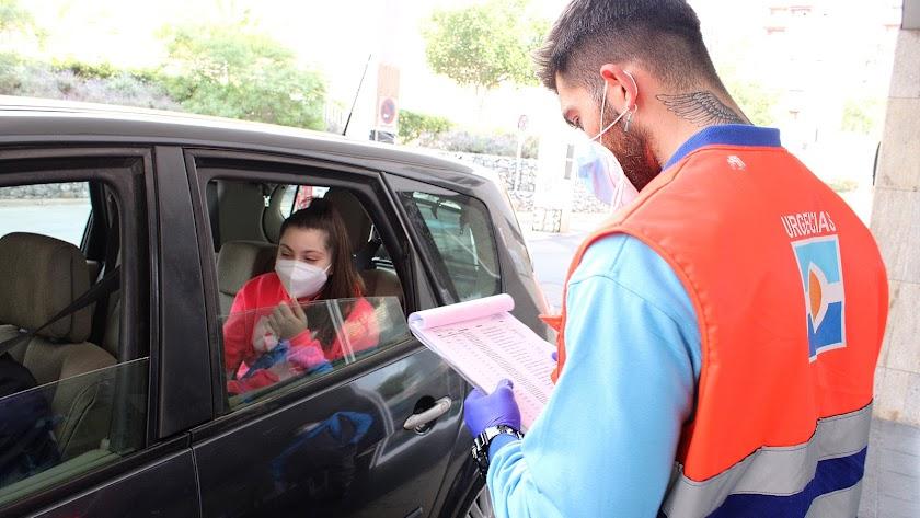 Una almeriense se somete a un test de antígenos en la Bola Azul.