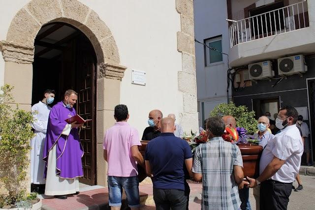 El párroco de El Alquián recibiendo los restos mortales de Araceli Nieto.