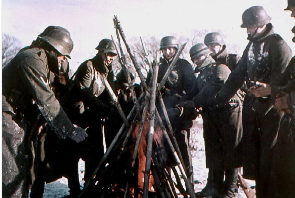 1941. Немецкие солдаты греются у костра под Волоколамском. Декабрь