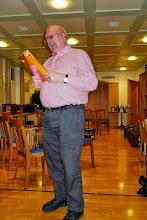 Photo: Dichter Paul Hofer beim Vortragen über das Altern