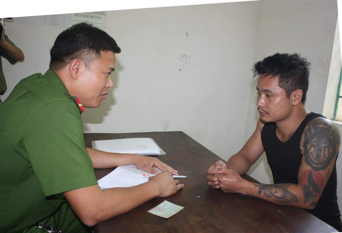 Cán bộ Công an huyện Nghi Lộc lấy lời khai đối tượng                  có hành vi hủy hoại hoặc cố ý làm hư hỏng tài sản