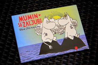 Photo: Mumin se zaljubi - zgodba, ki jo podpisuje priljubljena finska književnica in ilustratorka Tove Jansson, bo teknila vsej družini.  Ljubezen med platnicami: http://www.sanje.si/knjigarna/mumin-se-zaljubi.html