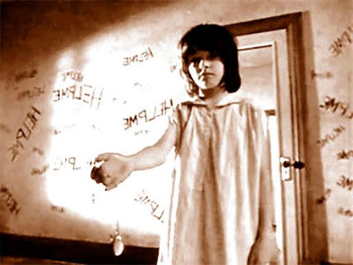 Abigail mostrando su brazo en una habitación
