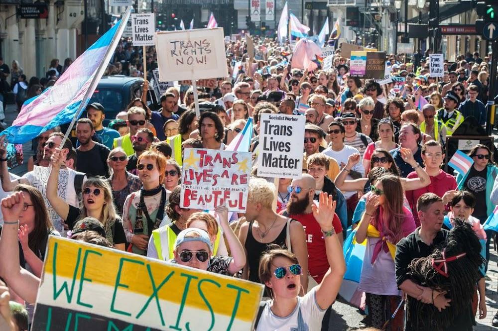 Transgender-man wat geboorte skenk is moeder, nie vader nie, beslis die UK-hof