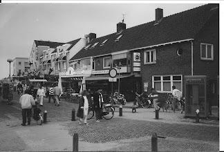 Photo: De voorstraat:    Vlak bij het strand.