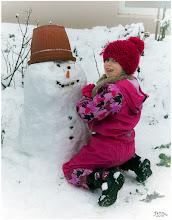 Photo: Mädchen mit ihrem Schneemann
