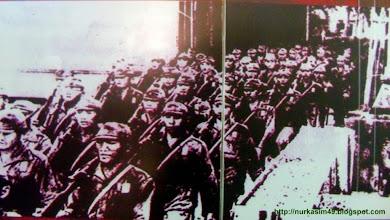 Photo: Pendaratan tentara Jepang di Indonesia pada masa Perang Dunia II di Pasifik. Di Makassar, tentara Jepang dari Angkatan Laut (Kaigun) mendarat di Kampung Sampulungan dan Barombong pada tanggal 9 Februari 1942, dan tanggal 10 Februari 1942 Makassar dan sekitarnya dapat dikuasai. Sumber gambar: UPTD Museum Negeri Propinsi Sulawesi Utara di Manado. http://nurkasim49.blogspot.jp/2011/12/iv.html