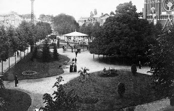 Photo: 1906 - De Heuvel met de lindeboom en de kiosk, rechts de Heuvelsekerk