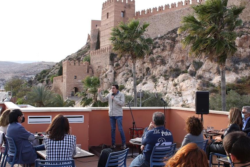 Alvarito, el monologuista almeriense ante la Alcazaba.