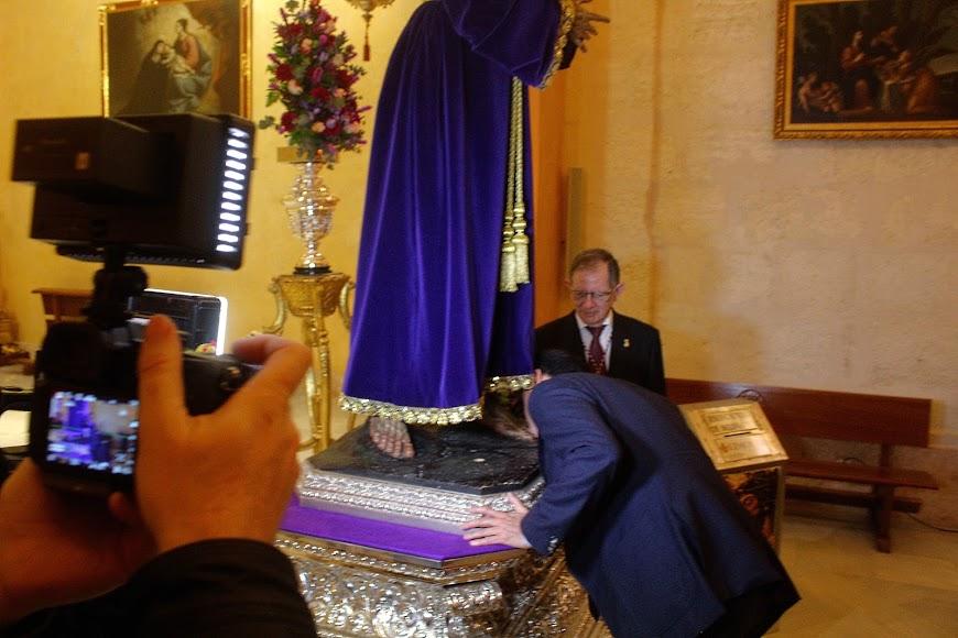 Beso del presidente al Señor Cautivo de Medinaceli.