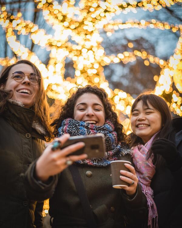 três amigas olhando o celular