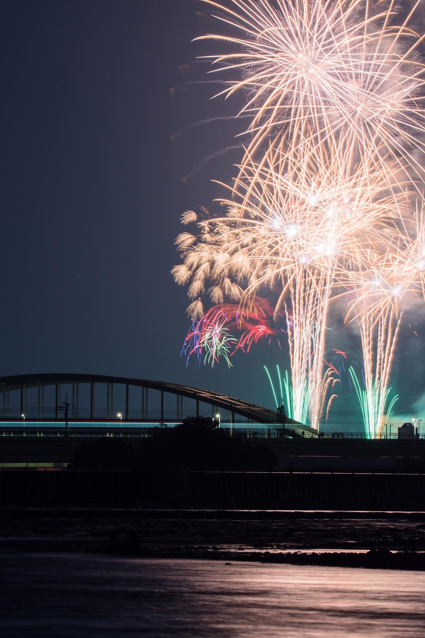 """Photo: 流れ Flow.  ゆったりとした川の流れ 絶え間ない人の流れ 一瞬を刻む一時の花 記憶に輝きを残し 暑い季節が過ぎ去っていく  (映画のまち調布""""夏""""花火2015)  #cooljapan #hanabi2015 #nikon #sigma #fireworks  Nikon D7200 SIGMA 150-600mm F5-6.3 DG OS HSM Contemporary"""
