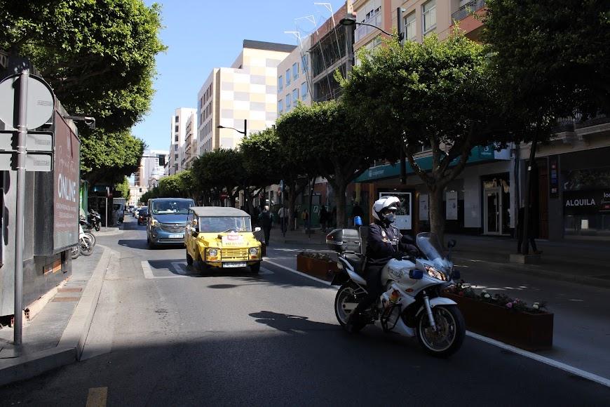 La caravana de vehículos de protesta de Ashal recorrió el Paseo de Almería.