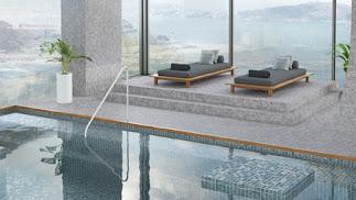 Mosaico de Onix Cerámica en el exterior de una piscina.