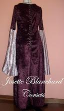Photo: Vestido Estilo Medieval em veludo molhado com fechamento frontal por ilhóses. A partir de R$ 140,00.