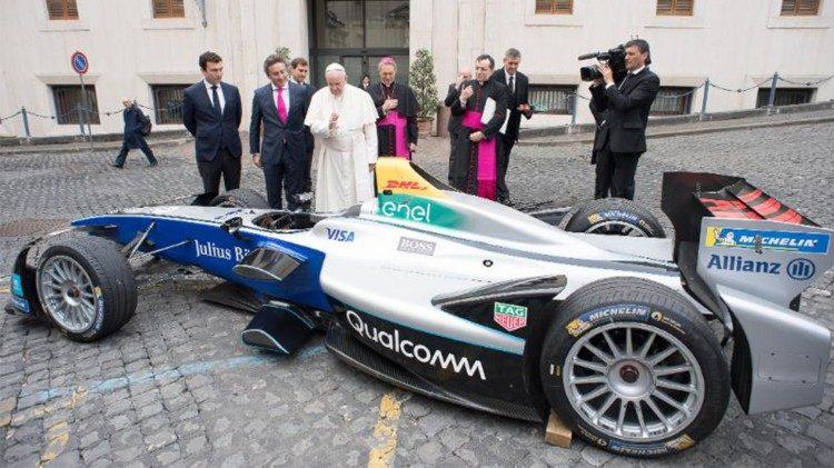 Đức Thánh Cha làm phép chiếc xe đua thân thiện với môi trường