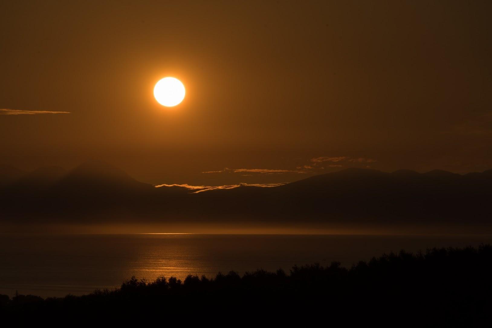 黄金に輝く朝陽