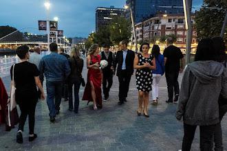 Photo: Ante la emoción y felicidad que desborda el evento de Naukas, la gente comienza a pasearse con flores por las calles de Bilbao, buscando a una conocida astrofolclórica. Nadie entiende nada...