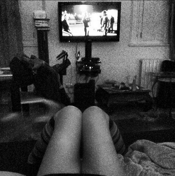 Finished work. Watching TV. di ALEXTOOL PHOTO