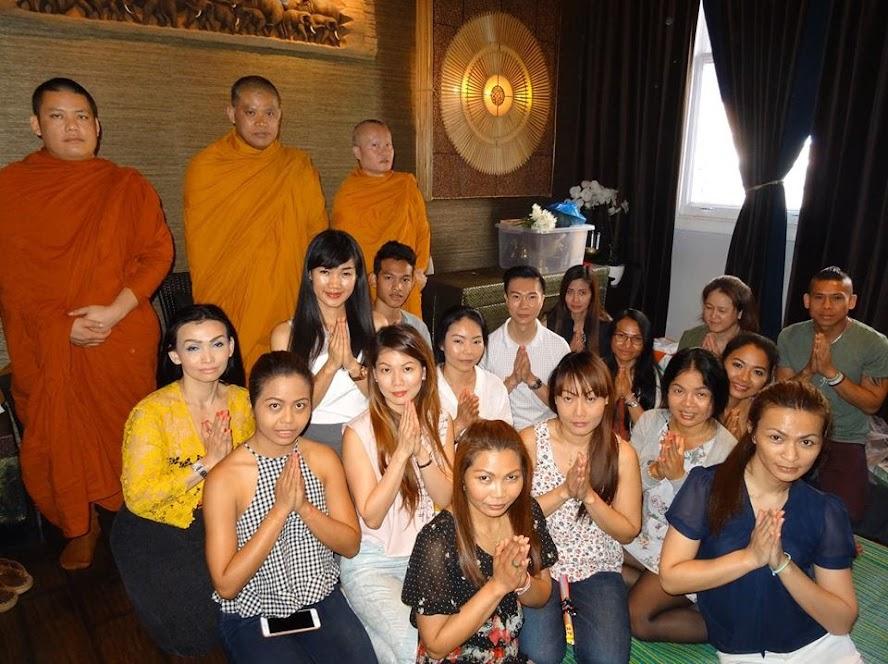 คุณแอดดี้ เพื่อน ๆ พนักงานร้าน Asian Touch Thai Massage Soho ทำบุญร้านประจำปี 18 July 2015