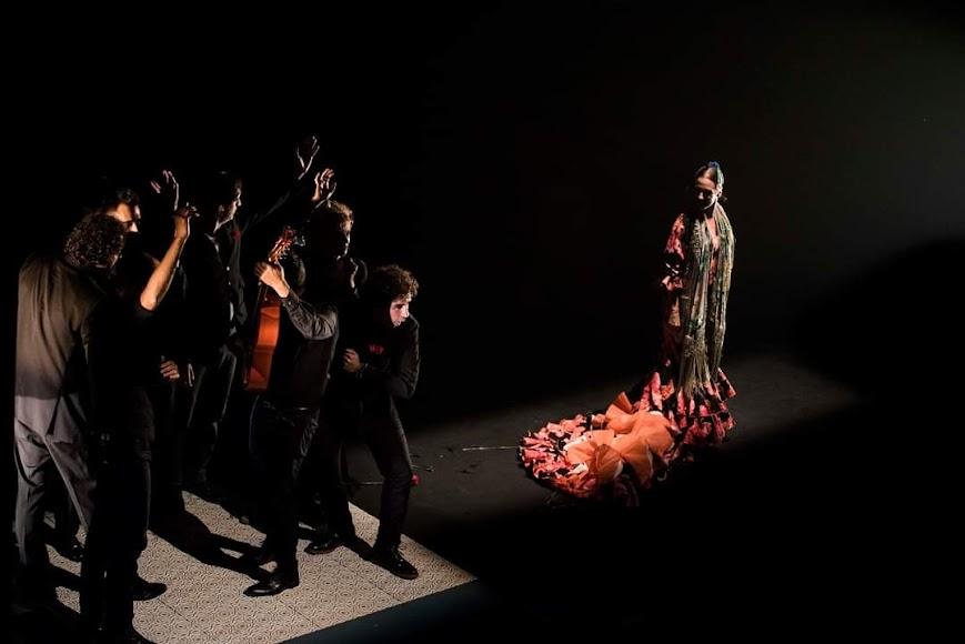 Anbel Veloso con su cuadro flamenco. Foto Claudia Ruiz Caro.